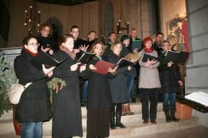 Adventsmarkt: Der KapellenDorfChor singt zur Andacht in der Kirche